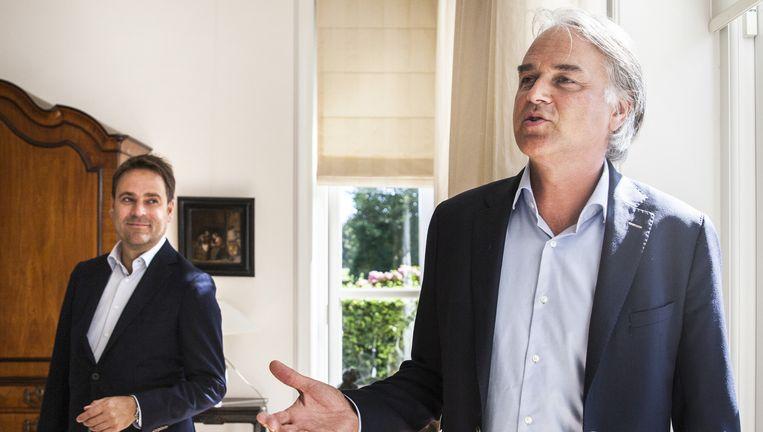Sotheby's-makelaar Jan-Willem Andriessen (links) en Jim Reerink in de villa in Breukelen. Beeld Aurélie Geurts