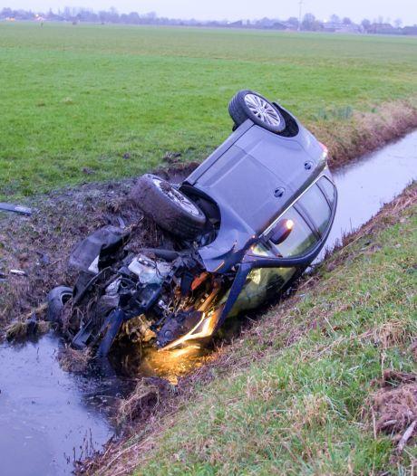 Auto op de kop in de sloot na botsing op de A28 bij Putten