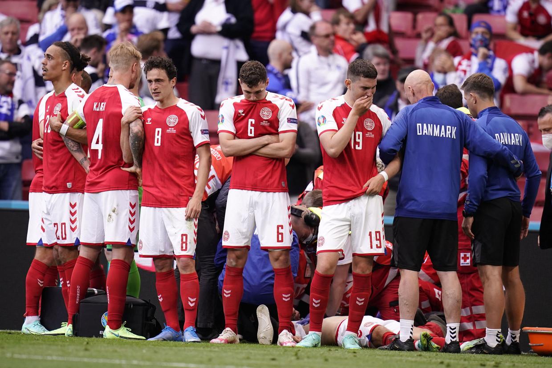 De Deense internationals zijn in shock na de hartstilstand van Christian Eriksen, op 12 juni in Kopenhagen. Beeld AFP