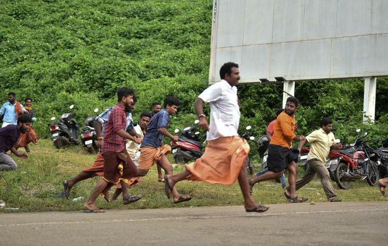Demonstranten die voor de vrouwenban zijn, rennen weg van de politie.  Beeld AP