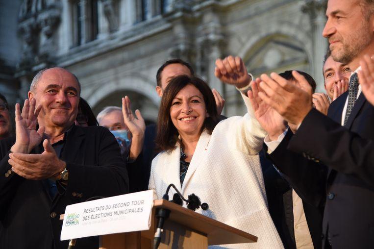 Anne Hidalgo triomfeert, de Parijse burgemeester mag beginnen aan een nieuwe termijn.  Beeld Photo News