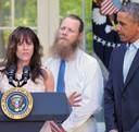 Jami en Bob Bergdahl maken, samen met president Obama, het nieuws van de vrijlating van hun zoon bekend. Uit respect voor de Afghanen liet vader Bob zijn baard staan.