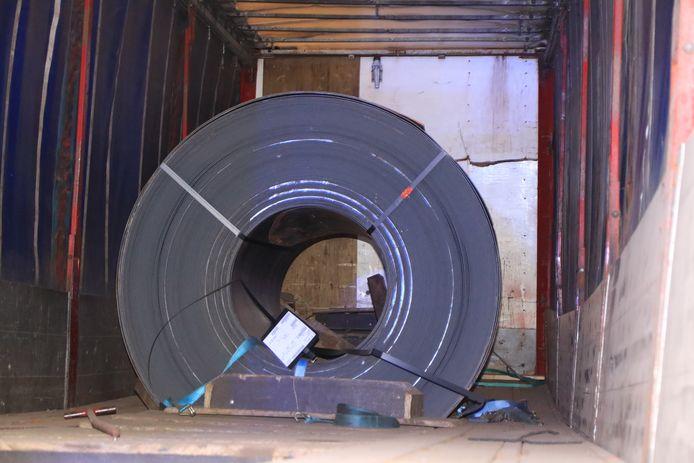 Door de klap verschoof de lading, een rol staal van 29 ton.