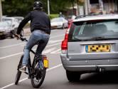 'Met elektrische fiets een auto inhalen: links of rechts?'