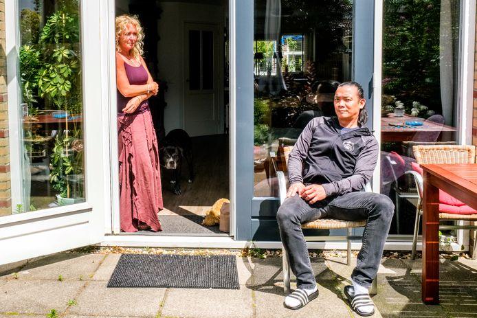 Eigenaren Boy (46) en Wanda (52) Hardeman van café De Kleine Beurs zijn zich rot geschrokken van de uitbraak in hun dorp. Werkelijk alles zeggen ze te hebben gedaan om zich aan de coronamaatregelen te houden.