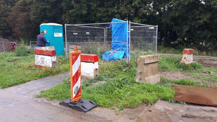 Het Swagerman-monument is zorgvuldig ingepakt en afgezet met hekken en betonblokken om beschadiging door bouwvakkers te voorkomen.