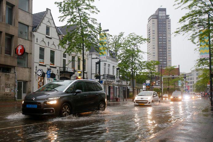 Het noodweer heeft de Keizersgracht in Eindhoven blank gezet.