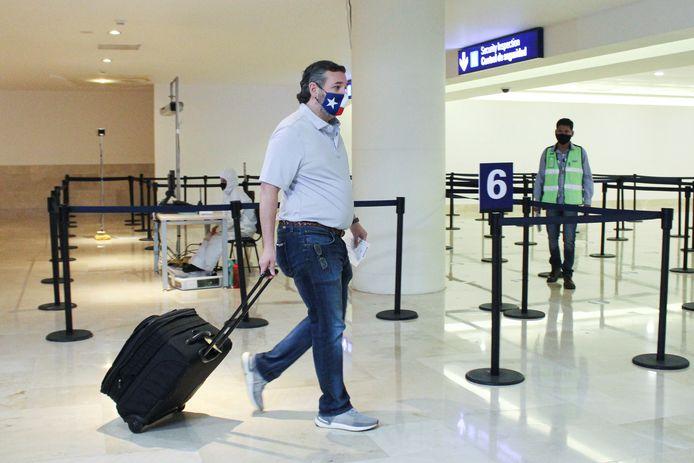 Ted Cruz op het vliegveld van Cancun, op weg naar zijn vliegtuig terug naar Texas.