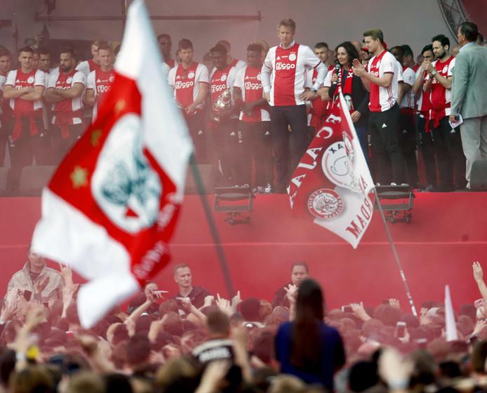 Burgemeester Femke Halsema en de spelers van Ajax op het podium tijdens de huldiging op het Museumplein.