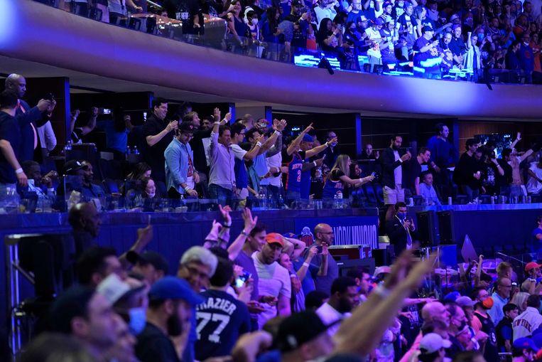 Fans van de New York Knicks in een bijna vol Madison Square Garden. Zelfs de pijnlijke nederlaag (105-107) tegen Atlanta Hawks voelde voor de uitgehongerde trouwe fans als winst. Beeld AP