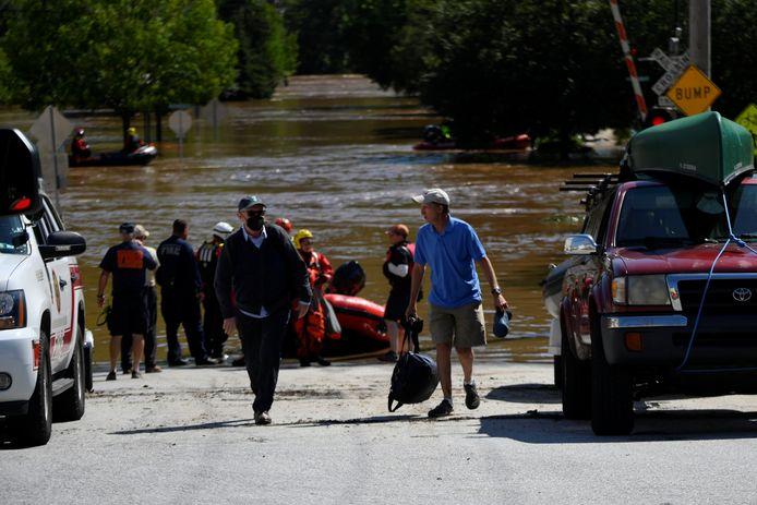 Hulpverleners redden mensen die vastzitten door de overstromingen in de nasleep van tropische storm Ida in Conshohocken, Pennsylvania.