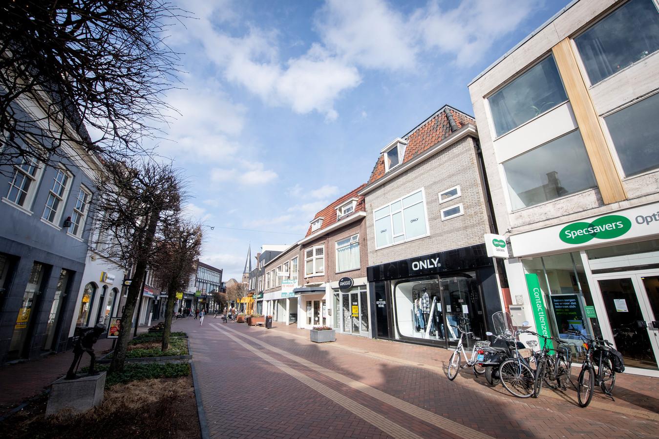 Dit is geen zondagsbeeld van de Almelose binnenstad, maar een doordeweekse dag nu. De Grotestraat is uitgestorven.