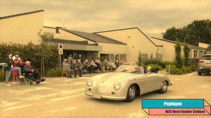Een beeld uit de videomontage die de organisatoren maakten van de oldtimerparade. Op de foto de doortocht in het rusthuis in Pepingen.