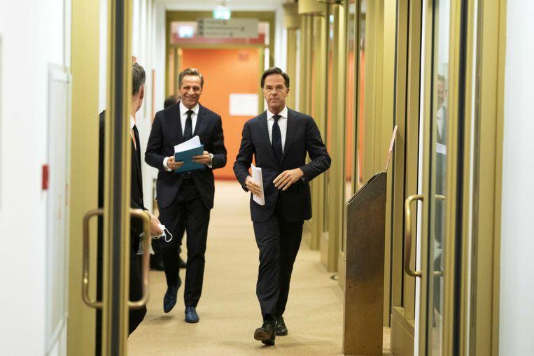 Premier Mark Rutte en minister Hugo de Jonge (Volksgezondheid, Welzijn en Sport) dinsdag op weg naar de persconferentie over de coronamaatregelen. Beeld ANP