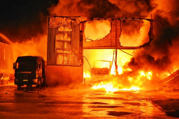 Zeer grote brand industrieterrein Kraaiven in Tilburg