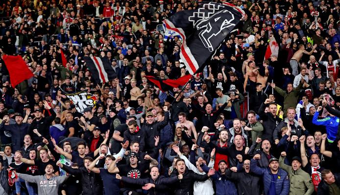 De Ajax-fans zijn blij met de 1-0 winst op Benfica.