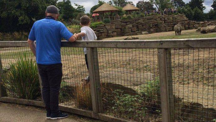 Een jongetje staat in het neushoornverblijf van de dierentuin in de Ierse hoofdstad Dublin.