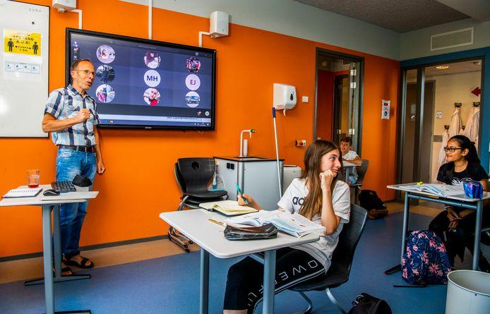 Op het Melanchton Mavo Schiebroek komt de helft van de klas weer bijeen. De andere helft volgt de les thuis via de computer.