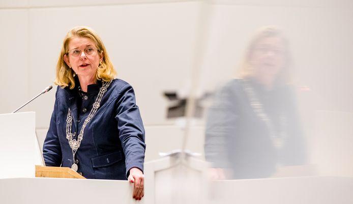 Pauline Krikke tijdens een vergadering van de gemeenteraad in Den Haag.