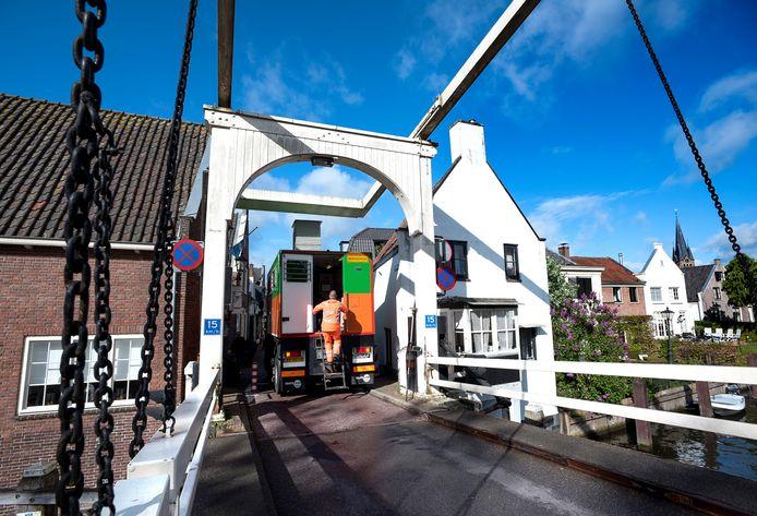 Een sondeerwagen doet grondmetingen bij de Vechtbrug die mogelijk vervangen gaat worden