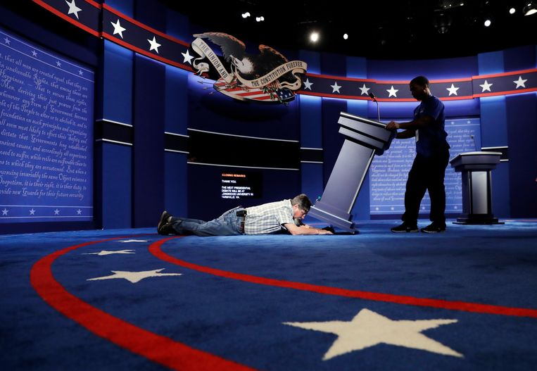 Technicians set up the stage for the presidential debate between Democratic presidential candidate Hillary Clinton and Republican presidential candidate Donald Trump at Hofstra University in Hempstead, N.Y. Beeld AP