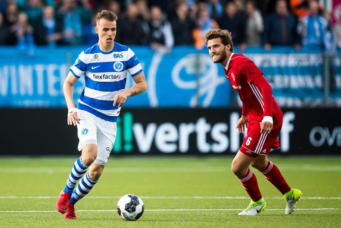 De Graafschap-verdediger Lars Nieuwpoort is Javier Vet van Almere City FC te slim af.