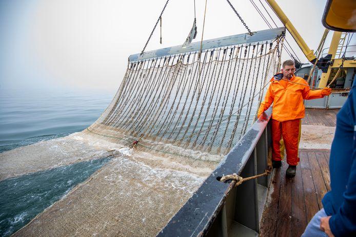 Vissers op de Noordzee aan het werk.