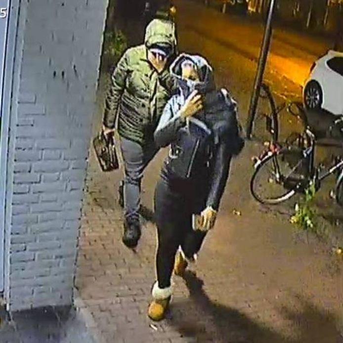 De Nederlandse politie verspreidde beelden van twee criminelen die zich voordeden als verpleegkundigen.