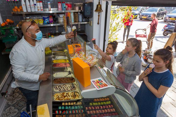 Restauranthouder Mohammed Bellahssen gooide het roer om en maakte van zijn restaurant een ijssalon. Het publiek weet Mo's IJssalon meteen te vinden.