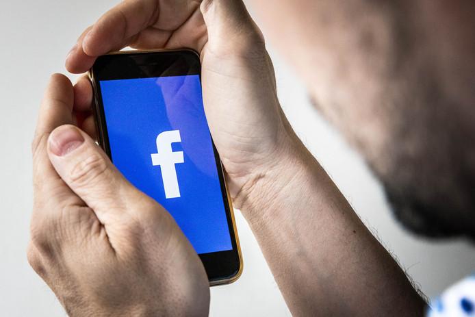Je telefoon afschermen met de handen is niet genoeg om je privacy te garanderen