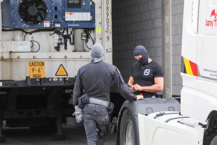 De politie doet onderzoek op het terrein in Rozenburg.