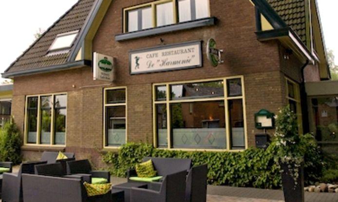 Het hoofdgebouw van café-restaurant De Harmonie in Laag Soeren, waarin twee woningen komen.