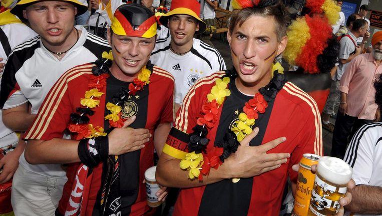 Duitse voetbalfans zingen het Duitse volkslied. Beeld epa