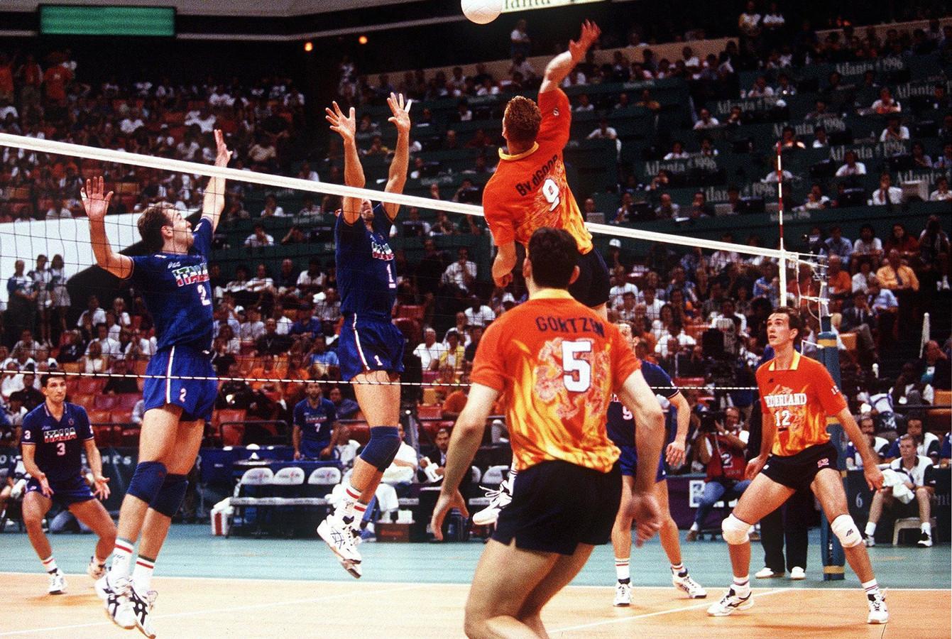 Bas van de Goor (9) rondt een Nederlandse aanval af in de olympische volleybalfinale van 1996 tegen Italië.