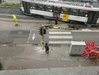 Tram van lijn 7 ontspoord op Gemeenteplein: verkeerslicht uit de grond gereden, maar geen problemen voor bereikbaarheid