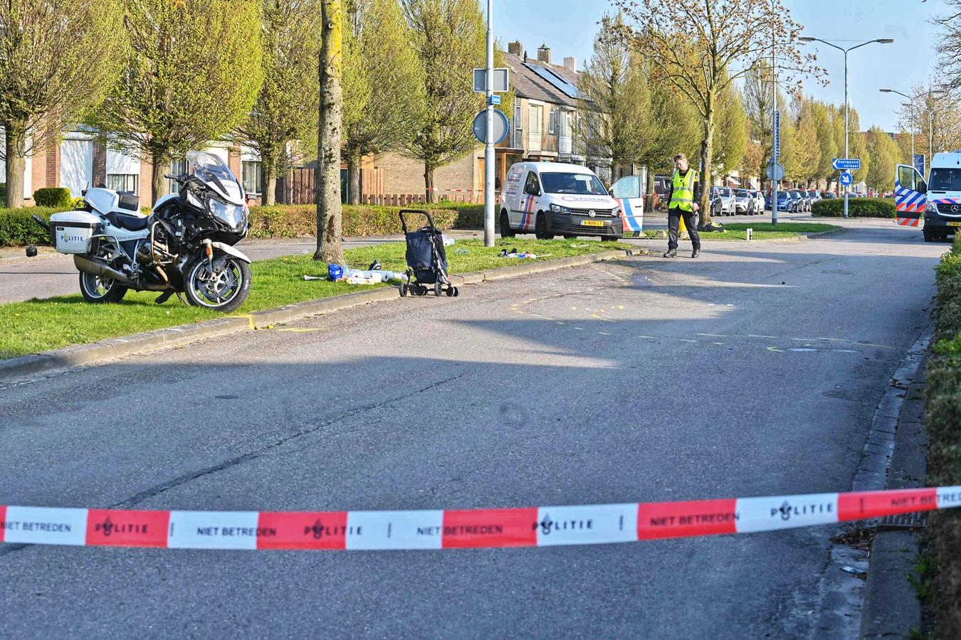 De politie heeft de weg afgesloten en doet onderzoek naar het ongeluk in Zevenbergen.
