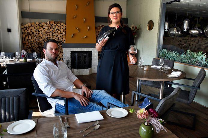 """Nikolina en Bas in hun restaurant. ,,Het jonge stel is ontwapenend, toegankelijk en vol potentie. Op weg om een flinke stip op de culinaire kaart van Nederland te worden."""""""