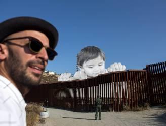 Reusachtige peuter gluurt over grensmuur tussen VS en Mexico