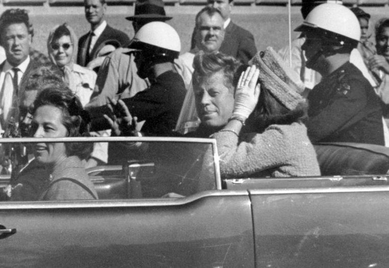 Dit beeld van JFK werd genomen ongeveer een minuut voor hij in Dallas werd doodgeschoten. Beeld AP