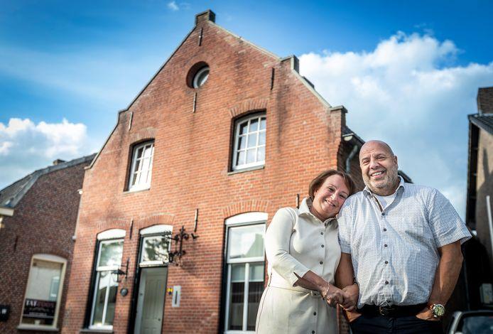 Karin en Robert Neijnens voor hun huis in de voormalige sigarenfabriek 't Fabriekske.