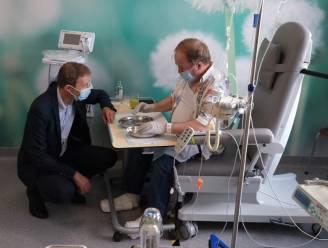 Weerman Frank Deboosere op bezoek in Jan Yperman Ziekenhuis naar aanleiding van Dag tegen Kanker
