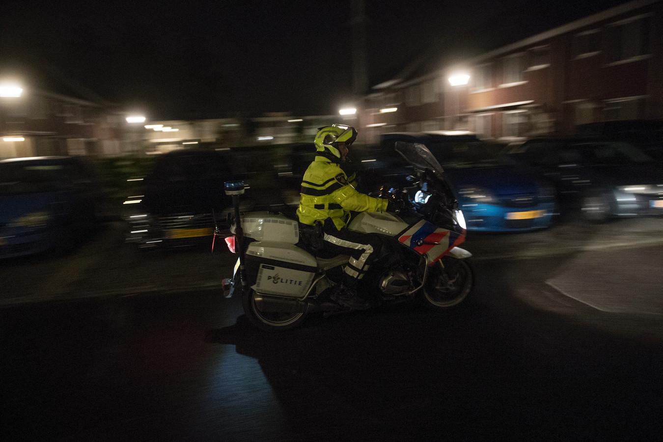 Een motoragent rijdt door de wijk Veldhuizen.