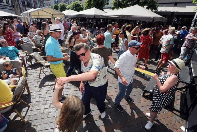 Jazzfestival Breda 2019. Havermarkt. Swingen op de muziek van de 'Them Lewis Boys'.