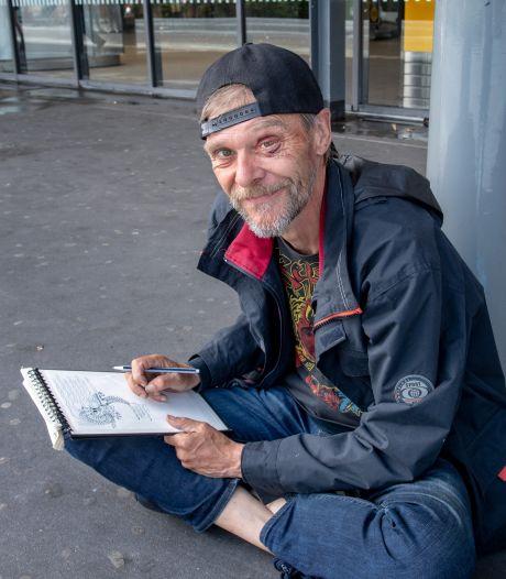 Rogier haalt geld op voor mishandelde, dakloze tekenaar Erik: 'Ongelooflijk, ik kan hier héél veel stiften van kopen'