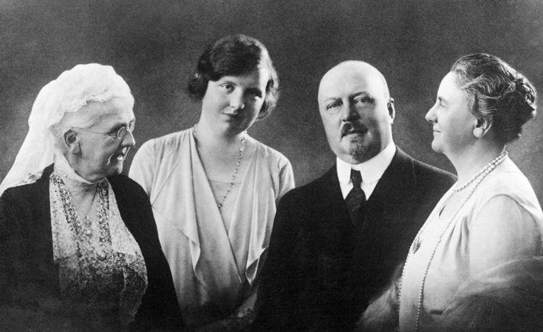 Familieportret met prinses Emma, prinses Juliana, prins Hendrik en koningin Wilhelmina, 1929. Beeld anp