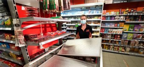 Stroomstoring op Gelders Eiland: supermarkt stuurt klanten naar huis, koelsjaals voor bejaarden