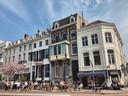 Beeld van het uitgebreide coronaterras bij Café Vrijdag in Arnhem op de woensdag dat alles weer open mocht. Links naast het café het monumentale herenhuis van de 'Vergaderie',  waar Xandra Derks zegt te kampen met overlast pal voor haar deur.