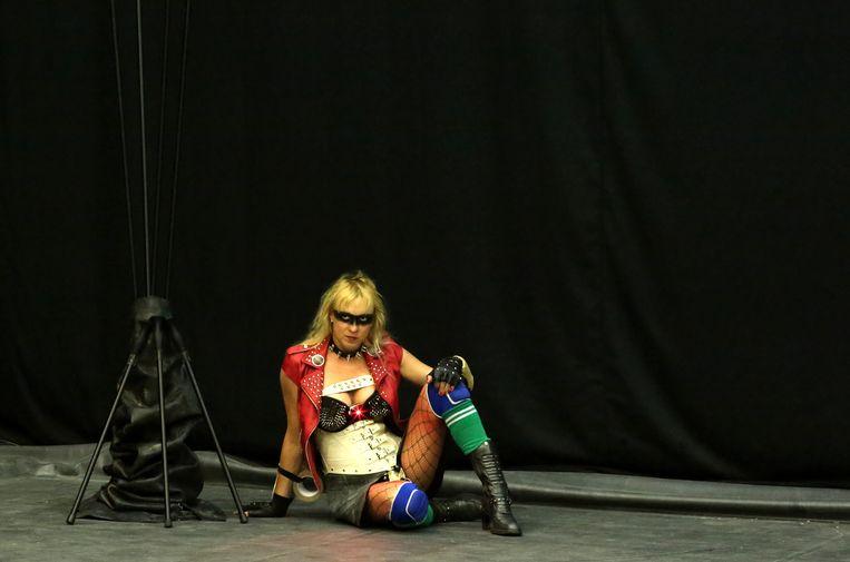 De Franse performancekunstenaar Phia Ménard in 'Maison Mère'. Beeld Jean-Luc Beaujault