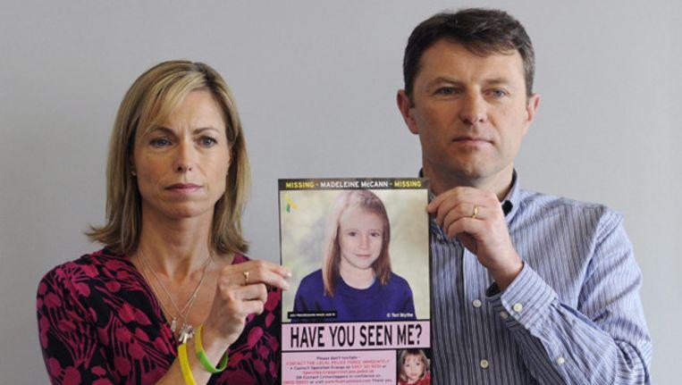 De ouders van Maddia McCann met een bewerkte foto van hun dochter, waarop te zien is hoe ze er nu uit zou kunnen zien. Beeld ANP