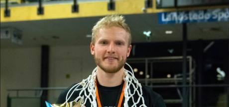 Droomweek voor Veldhovense basketballer bekroond met beker: 'We moeten nog wel oefenen met de champagne'